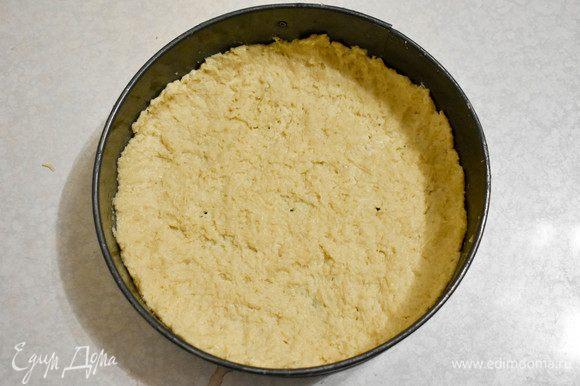 Выкладываем его в форму, смазанную маслом. Делаем бортики. Отправляем в холодильник.