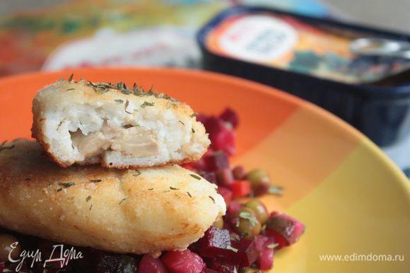 Готовые зразы незамедлительно подавайте к столу: они и так вкусны, но в горячем виде — просто божественны! В качестве гарнира идеально подойдет картофельное пюре или яркий по вкусу салат. Приятного аппетита!
