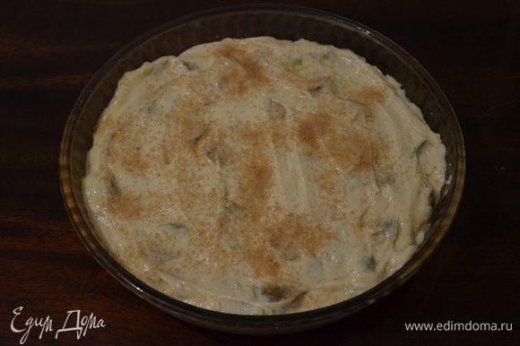 В получившееся кремообразное тесто выкладываем груши. Опять тщательно перемешиваем, чтобы равномерно их распределить. Выкладываем тесто в смазанную маслом форму. Присыпаем сверху коричневым сахаром.