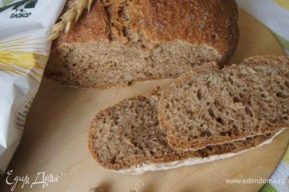 Мякиш влажный, не крокхий, пористый. Очень ароматный, пахнет настоящим хлебом.