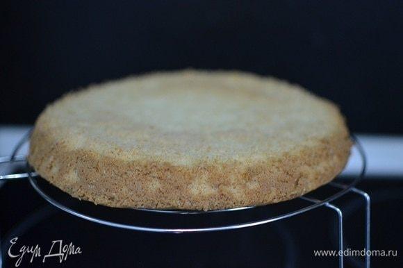 Когда бисквит будет готов, достать его из духовки, перевернуть форму и, поставив на решетку вверх дном, оставить остывать на 10-15 минут.