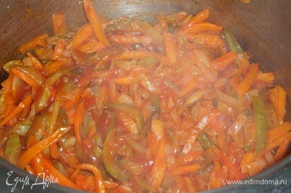 Перемешиваем овощную массу и обжариваем 3-5 минут.