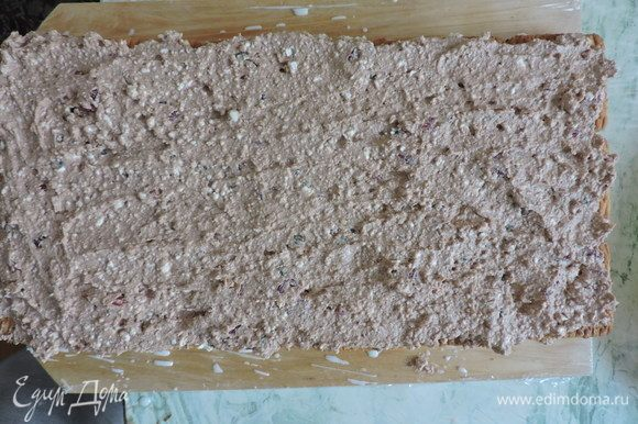 Распределяем ее равномерно по слою печенья.