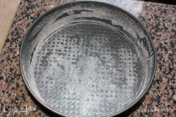 Подготовить разъемную форму для выпекания. Смазать холодным сливочным маслом дно и бока, присыпать гречневой мукой. Излишки муки убрать.