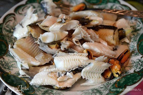 Рыбу отделить от костей и нарезать на кусочки.