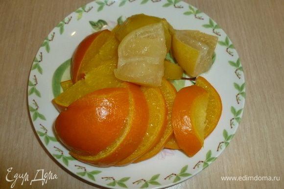 С фруктов слить воду, крупно нарезать и удалить косточки. Измельчить в комбайне.