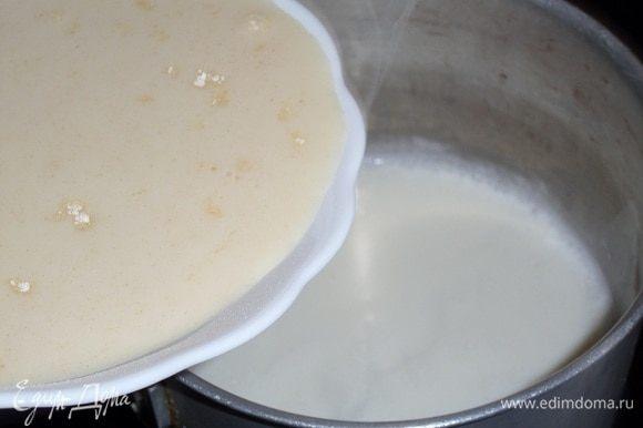 Добавляем полученную смесь в кастрюлю с горячим молоком. Варим, постоянно помешивая, до загустения.