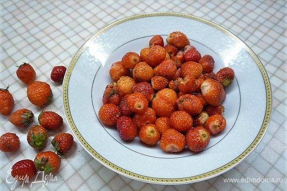 Клубнику моем, очищаем от хвостиков и нарезаем небольшими кусочками. Несколько ягод оставляем для украшения.