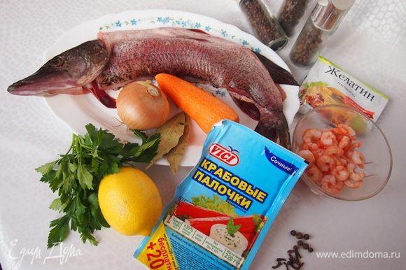 Подготовьте необходимые продукты. Рыбу отделить от костей и головы, подготовить филе с кожей. Морковь отварить. Крабовые палочки разрезать на 2-3 части. Лимон нарезать на тоненькие полукружочки.