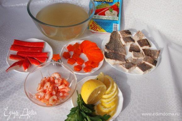 Для приготовления желе рыбный бульон процедить, остудить до комнатной температуры, добавить в него желатин (примерно 1 ст. л. на 0,5 л бульона, обычно количество необходимого желатина указано на упаковке, количество желатина зависит также от вида рыбы) и нагреть, помешивая, до растворения желатина (не кипятить), затем можно процедить. Остудить.