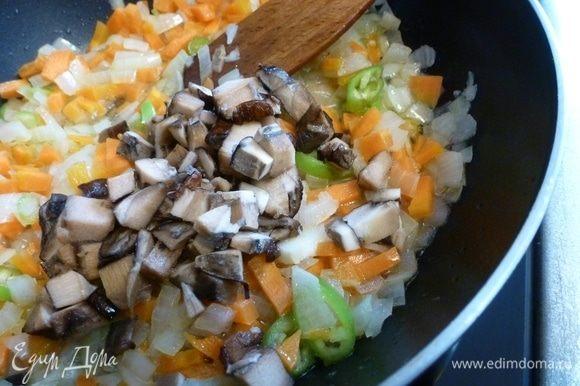 Грибы (у меня замороженные подосиновики) нарежем и добавим к овощам. Грибов много не нужно, буквально пару штук, нам нужно, чтобы они лишь придали пикантность солянке.