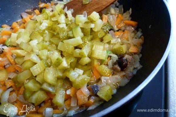 Соленые огурцы нарежем кубиком и добавим в сковороду.