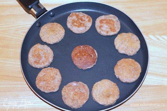 Жарим блинчики на хорошо разогретой сковороде с антипригарным покрытием.