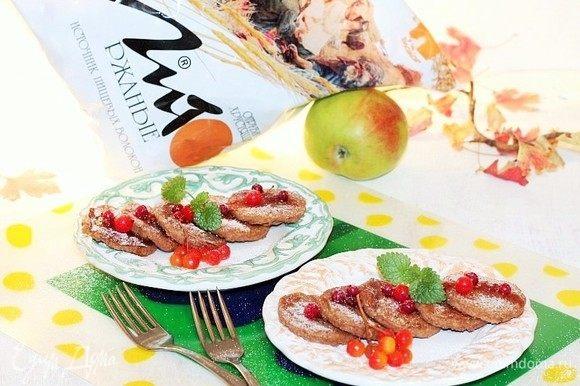 Если хотите сделать завтрак более питательным, то можно приготовить ягодное пюре из ягод и меда. Ягоды растереть с медом и выложить на блинчики. Приятного аппетита!