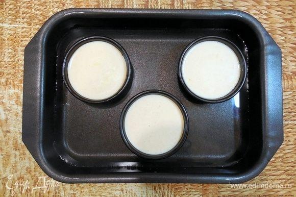 Когда все сливки влиты, разлить смесь по 3 формам объемом 110 мл. Поместить формы в глубокий противень, а затем налить в него кипяток так, чтобы уровень воды доходил до середины форм. Выпекать 30 мин. Затем достать противень с формами из духовки и оставить в таком состоянии на 15 мин. После этого формы с крем-брюле нужно вынуть из водяной бани и остудить до комнатной t, а затем полностью охладить в холодильнике (мин. 2 ч).