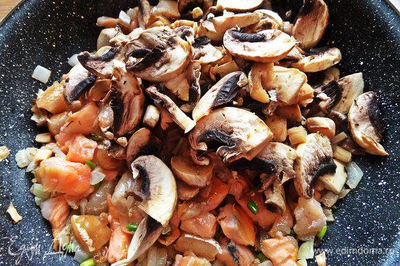 Добавить нарезанные грибы.