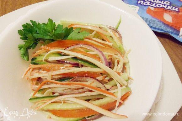 Крабовый салат лайт готов. Приятного аппетита! Угощайтесь!