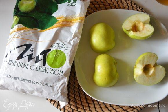 Яблоки нарезать пополам, удалить сердцевину, положить на плоскую форму/тарелку срезом вниз и выпекать до мягкости. Я использую микроволновку: ставлю на максимальную мощность на 5-6 минут.