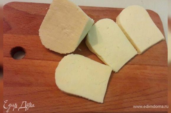 Нарезать адыгейский сыр крупными кусочками.