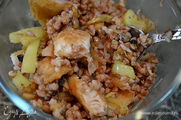 К гречке добавить жареные овощи и рыбу. Перемешать.