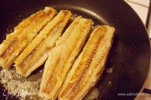 Обжарить рыбу с двух сторон по 2-3 минуты с каждой.