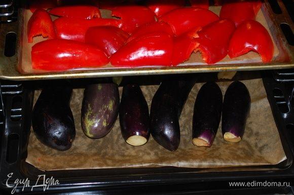 Первым делом запекаем в духовке баклажаны и перцы. Перцы чистим от семян, так будет удобнее потом их чистить от кожуры. Запекаем при температуре 200-210°С в течение 20-30 минут. Баклажанов — 1 килограмм, перца — 1 килограмм 200 граммов. Важно, чтобы болгарский перец был красного цвета, иначе соус будет бледного цвета.
