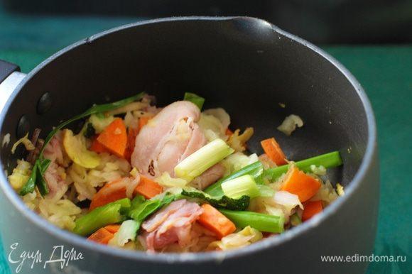 В глубокой кастрюле растопить 20 г сливочного масла. Добавить рубленые лук, морковь, сельдерей, тушить на небольшом огне 10 минут. У меня сельдерей не в почете, поэтому его опустила, положила зеленый лук. Добавить лавровый лист, бекон, стебли петрушки, готовить еще 15 минут. Влить вино, готовить несколько минут, чтобы выпарился алкоголь. Добавить молоко, довести до кипения. Снять с огня, накрыть крышкой и дать настояться.