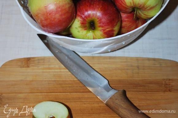 Пока перцы и баклажаны запекаются в духовке, подготовим яблоки. Очистим яблоки от семя и кожуры, мы их тоже будем запекать в духовке. Почищенных яблок — 1 килограмм.
