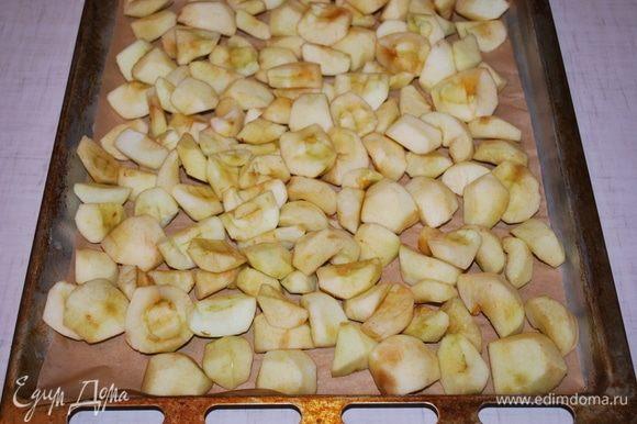 Почищенные яблоки запекаем в духовке в течение 10-15 минут.