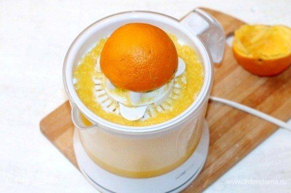 Апельсин разрезать пополам и выжать сок. Вылить сок в чашу блендера и добавить мякоть апельсина.