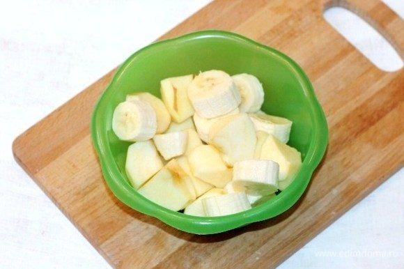 Банан и яблоко очистить от шкурки и семян, порезать дольками.