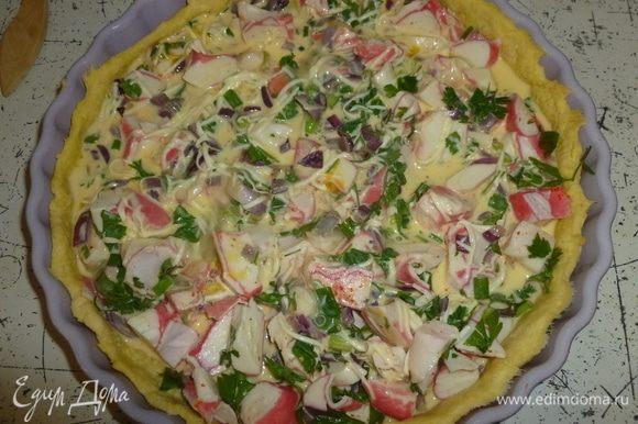 Залить все яичной смесью. Увеличить температуру до 190°С. Поставить пирог в духовку на 30 минут.