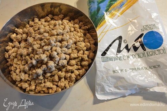 Пшеничные отруби с морской капустой высыпаем в миску. Здесь подойдут нейтральные вкусы — не сладкие и не фруктовые. Добавить теплую воду. Перемешать.