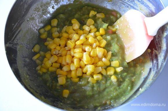 Этот шаг опциональный: добавить консервированную кукурузу, перемешать.
