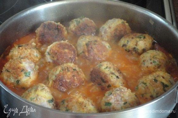 В соус выложить фрикадельки и готовить 15-20 минут на медленном огне. Готовым фрикаделькам дать настояться под крышкой, чтобы впитали в себя ароматы специй.