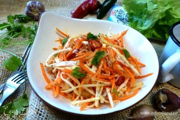 При подаче посыплем салат зеленью кинзы. Приятного аппетита! Закуска очень вкусная, оригинальная и легкая!