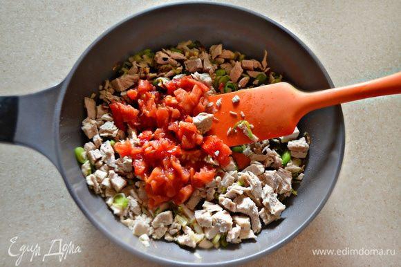 Помидор освободите от шкурки, мелко порубите и добавьте вместе с мясом к луку. Потушите всё вместе 5–7 мин, периодически помешивая. Приправьте солью и перцем.