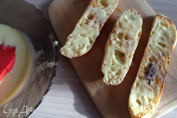 Смажьте поджаренную чиабатту соусом айоли.