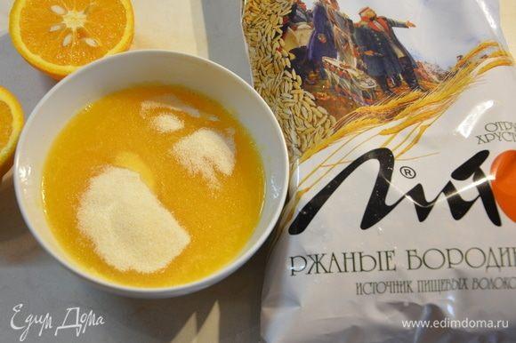 Замочить желатин в апельсиновом соке.