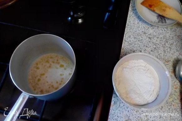 Растопить сливочное масло в кастрюле. Добавить муку, тщательно перемешивая, варить ~1-3 мин.