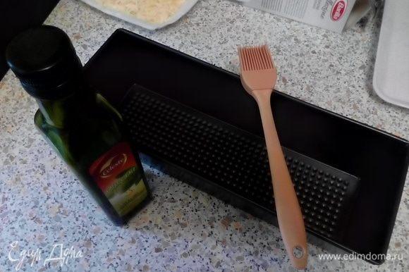 Подготовить (сварить, если требуется) листы лазаньи. Разогреть духовку до 180°С. Смазать форму для лазаньи растительным маслом.