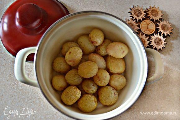 Картофель промойте, отварите «в мундире», остудите и очистите от шкурки.