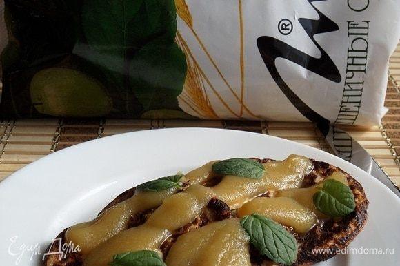 Подаем, добавив яблочное пюре и листики мяты (яблоко запекаем и протираем через сито, вкусное и полезное пюре готово).