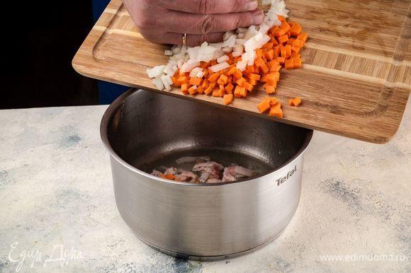 Поджарьте бекон и овощи на оливковом масле до золотистого цвета.