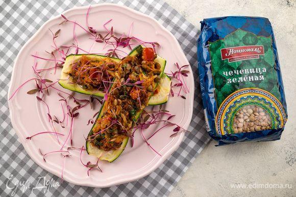 Форму для запекания смажьте оливковым маслом, выложите в нее фаршированные цукини. Запекайте овощи 15 минут при 200°С. Приятного аппетита!