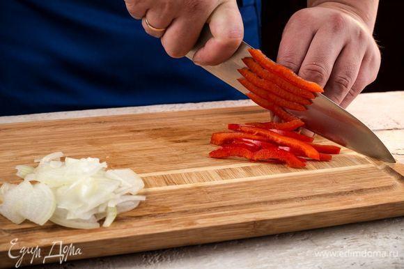 Нарежьте лук и болгарский перец.