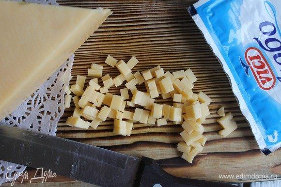 Нарежем сыр мелкими кубиками.
