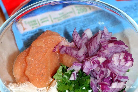 Для фарширования крабовых палочек ТМ «VICI» приготовим начинку. Смешаем 100 г творожного сыра с икрой судака, мелко нарезанным красным луком и зеленью.