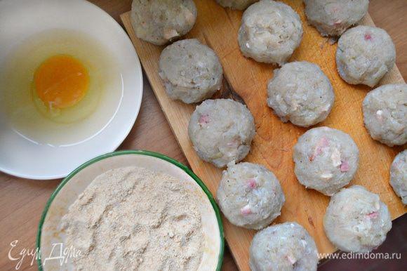 Сформируйте небольшие шарики, обмакните их во взбитое яйцо и затем обваляйте в панировочных сухарях, смешанных с 1 ст. л. муки.