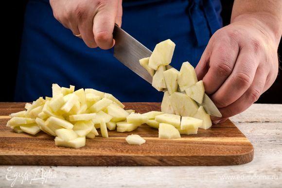 Яблоки очистите и нарежьте маленькими кусочками.